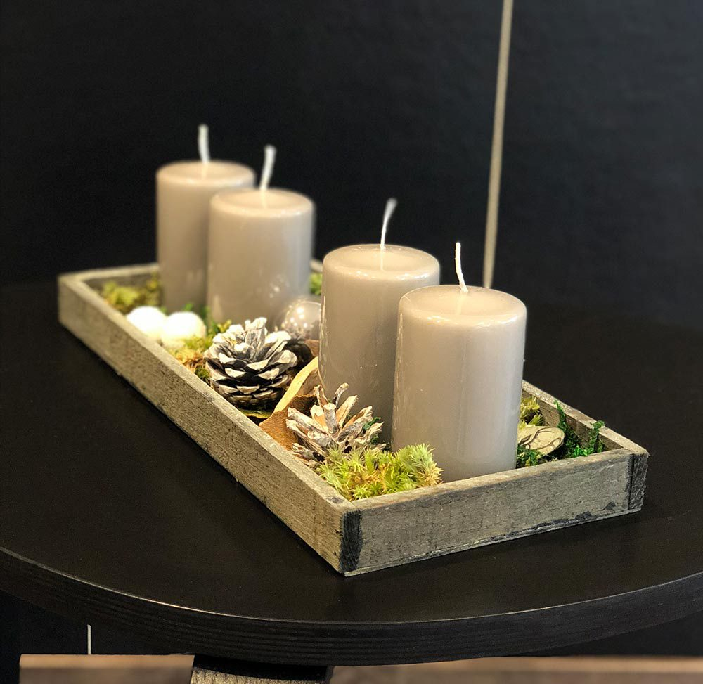 Holzfries mit grauen Kerzen