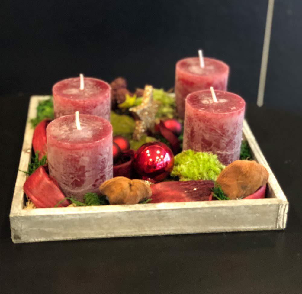 Adventliches Holztablett mit beaudauxfarbenen Kerzen