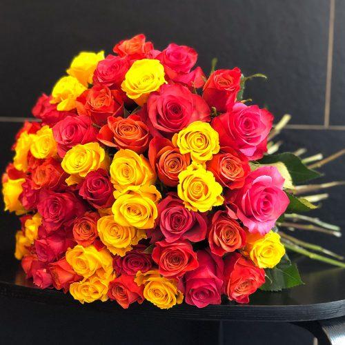 Luxuriöser Rosenstrauß aus bunten Ecuadorrosen
