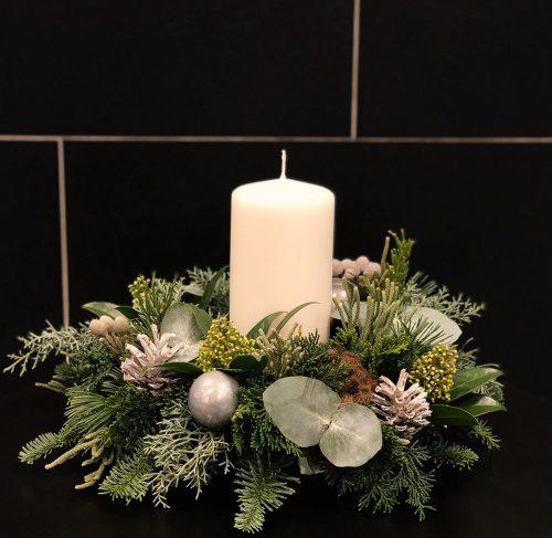 Kerzengesteck in weiß mit Kerze
