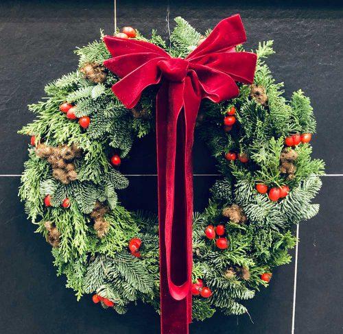 Frischer Weihnachtstürkranz mit frischer Konifere