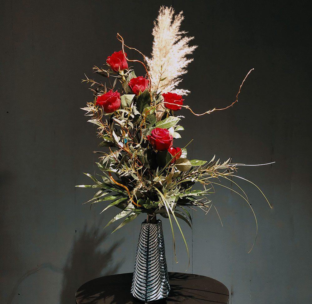 Rosen aufgebunden mit Palmgras und Eucalyptus