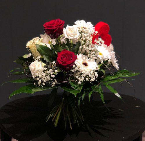 Ein echter Herzensbrecher Blumenstrauß in weiß und rot.