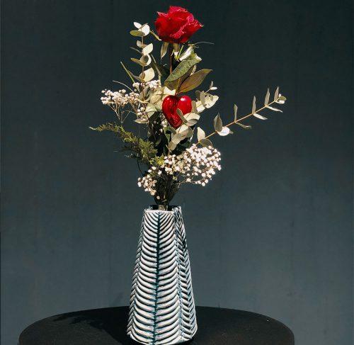 Aufgebundene Rose mit Eucalyptus und Schleierkraut