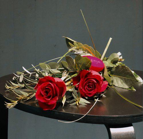 Rote Rosen aufgebunden zum Liebesbeweis