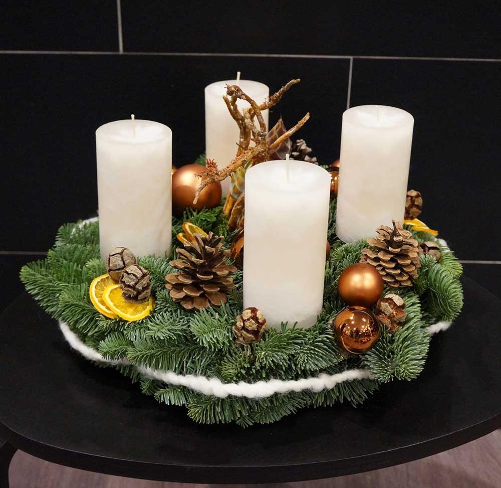 Adventkranzfrisch mit weißen Kerzen